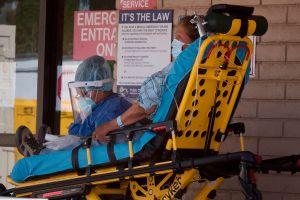 Decenas de ancianos tuvieron que se evacuados en Pasadena luego de que su casa de enfermería perdiera la licencia