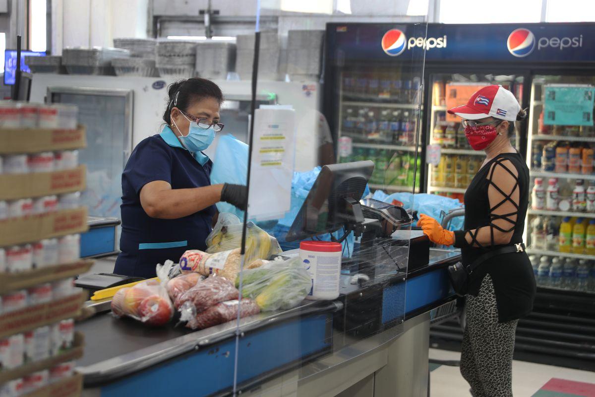 Expertos revelan cuál es el lugar más peligroso para contagiarse de COVID-19 en un supermercado
