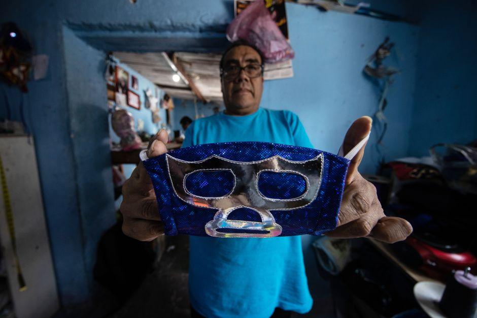 Luchadores mexicanos confeccionan mascarillas para sobrevivir y ganar la batalla al COVID-19