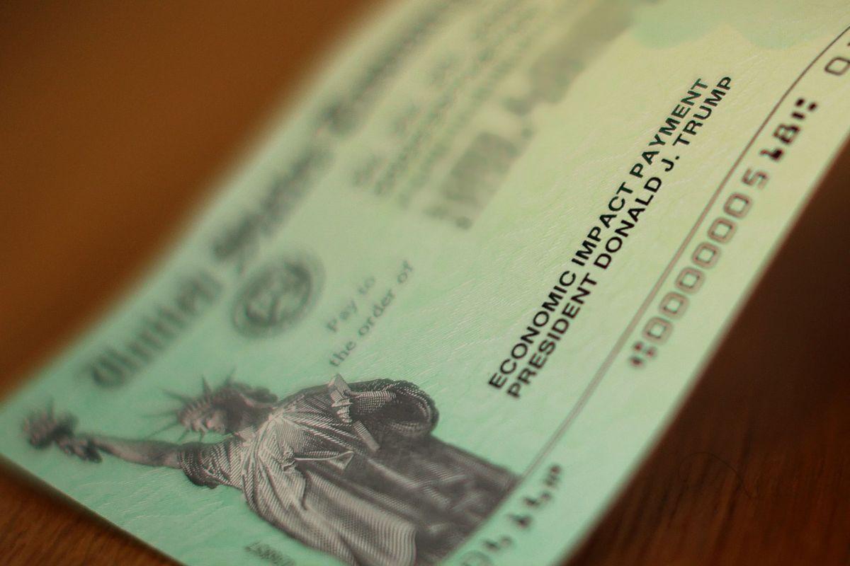 Los cheques de ayuda llevan el nombre del presidente Trump.