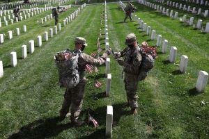 Memorial Day: Cómo el Cementerio Nacional de Arlington honra a los caídos en medio de la pandemia de coronavirus