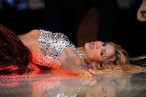 Shakira pasa de usar una sudadera a lucir al máximo su cuerpo en un sexy minivestido negro