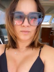 Adamari López comienza festejo de cumpleaños en sexy traje de baño