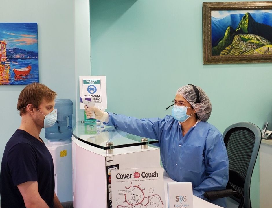Dentistas reabren consultorios con muchas precauciones contra el coronavirus