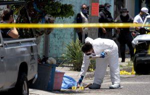 Matan a hombre en panteón donde sepultaría a su hijo; sicarios fueron atropellados y detenidos