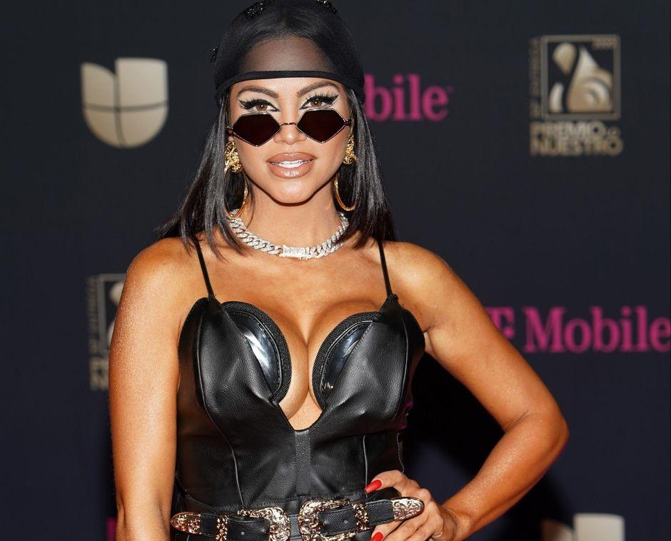 Con un vestido transparente, Natti Natasha presume todas sus curvas