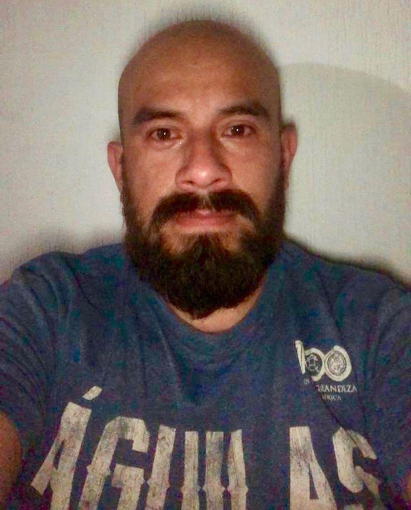 Daniel Ortíz posa para un autorretrato en su casa de Tijuana.