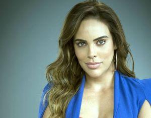 Posando de perfil a la cámara, Sara Corrales disfruta el fin de semana en bikini