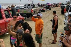 """¡Otra vez! Tiroteo en el evento """"Go Topless"""" deja dos baleados en las playas de Galveston"""