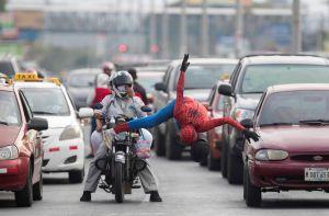 El 'Spiderman' que se gana la vida en las calles de Managua