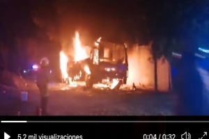 Sujetos armados incendian autobús de grupo musical en México