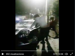 VIDEO: Agreden a policías y destruyen patrullas por miedo a coronavirus en México