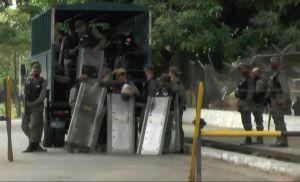 Familias de los 50 reos fallecidos en cárcel de Venezuela acusan a gobierno de haberlos matado
