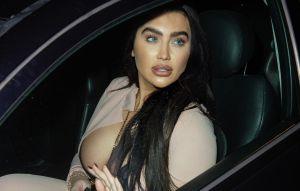 Lauren Goodger paraliza el tráfico al salir a la calle con un vestido transparente