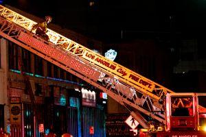 Enorme incendio se sale de control en Compton y destruye varios autobuses
