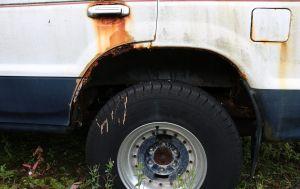 Cómo eliminar el óxido de la carcasa de tu auto sin gastar dinero extra