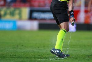 El spray de la discordia: demanda millonaria a la FIFA por los inventores del aerosol de los árbitros