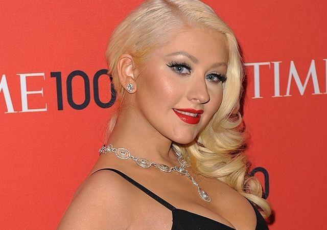 Christina Aguilera posa con botas altas y un sexy corset negro de encaje