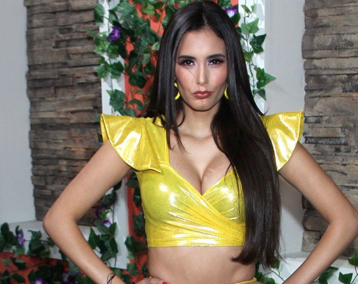 Con un minibikini estampado, Bárbara Islas se exhibe mojada en la alberca
