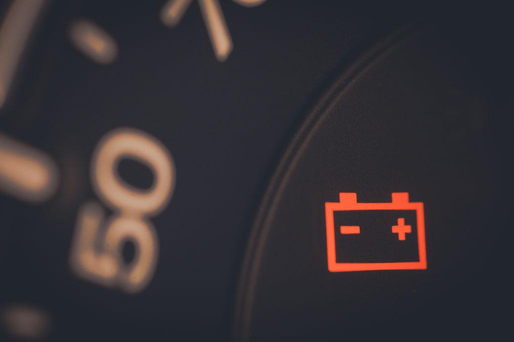 Si el testigo de la batería en el tablero del auto se enciende es señal de que algo anda mal y requiere atención inmediata.