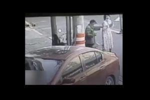 VIDEO: Una joven tuvo a su bebé en plena calle, mientras caminaba al hospital