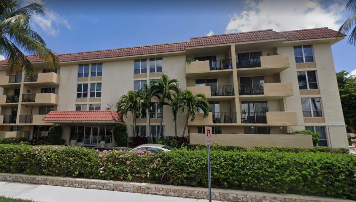 """Vista exterior del complejo de apartamentos """"Boca View"""" en Boca Raton (Florida)."""