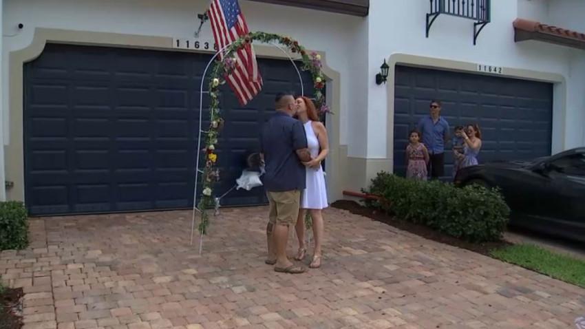 """La pareja se dio el """"sí quiero"""" frente al portal de su casa."""
