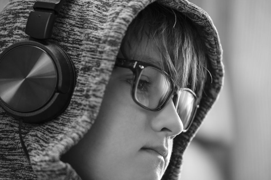 Bájale al volumen de los audífonos a tu hijo, antes que su oído lo haga