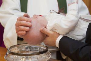 La ingeniosa idea de este sacerdote para realizar bautizos durante la cuarentena
