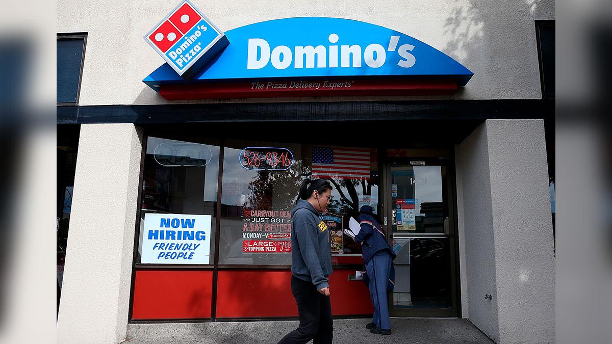 Domino's despide a trabajador por insultar a adolescentes que no le dieron propina (y recompensó a los jóvenes con $400)
