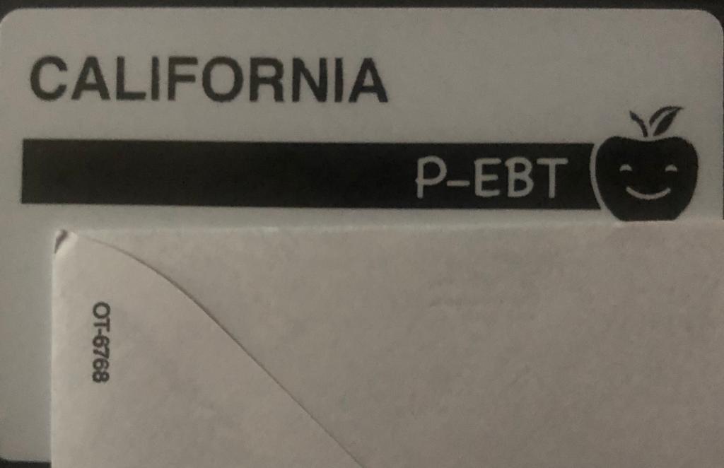 La tarjeta P-EBT del Departamento de Servicios Sociales de California.