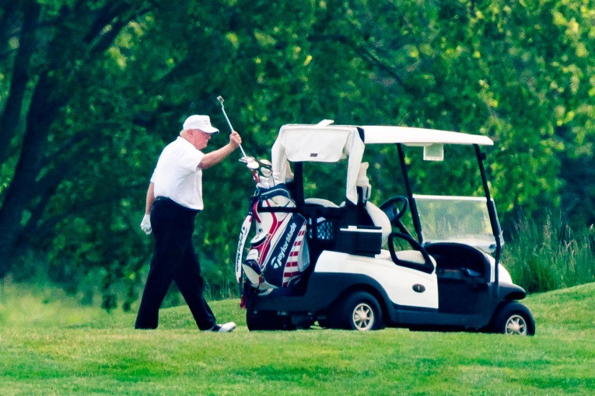 Insultos, golf y teorías de la conspiración. Así han sido las vacaciones de Memorial Day de Trump