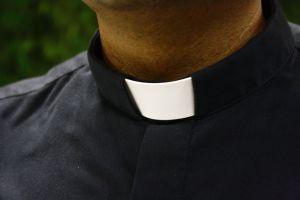 """""""Te amo y no es pecado"""": El polémico mensaje que una joven dejó afuera de una iglesia para un sacerdote"""