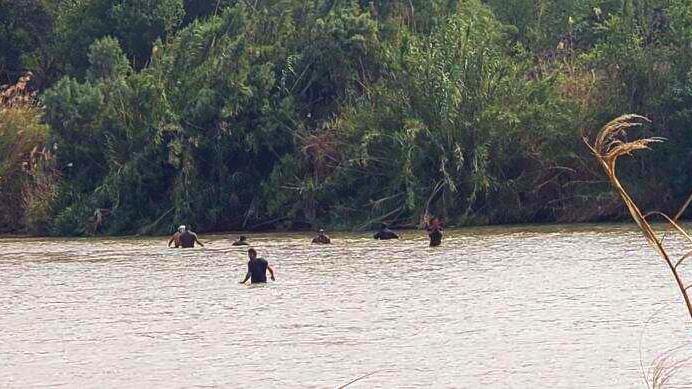 Fuga por el río Bravo: pollero y migrantes escapan a persecución de la Patrulla Fronteriza