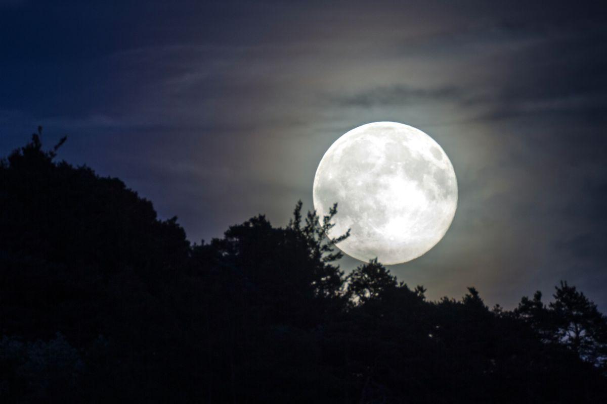 Descubren que la Luna tiene una cola que envía sus rayos hacia la Tierra