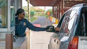 Automovilistas duermen haciendo fila para cruzar a EEUU ante las restricciones en la frontera