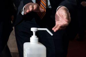 Cuidado: el desinfectante para manos podría explotar si se deja en autos bajo el sol