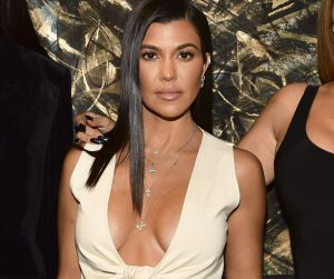 Kourtney Kardashian sube la temperatura con sexy top blanco que resalta su busto