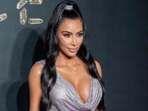 Kim Kardashian sale del mar con un bikini de hilo dental en verde y se siente muy, pero muy bien