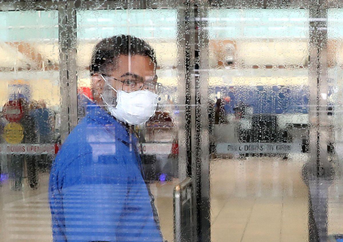 CDC analiza una política de uso de mascarillas entre la población.