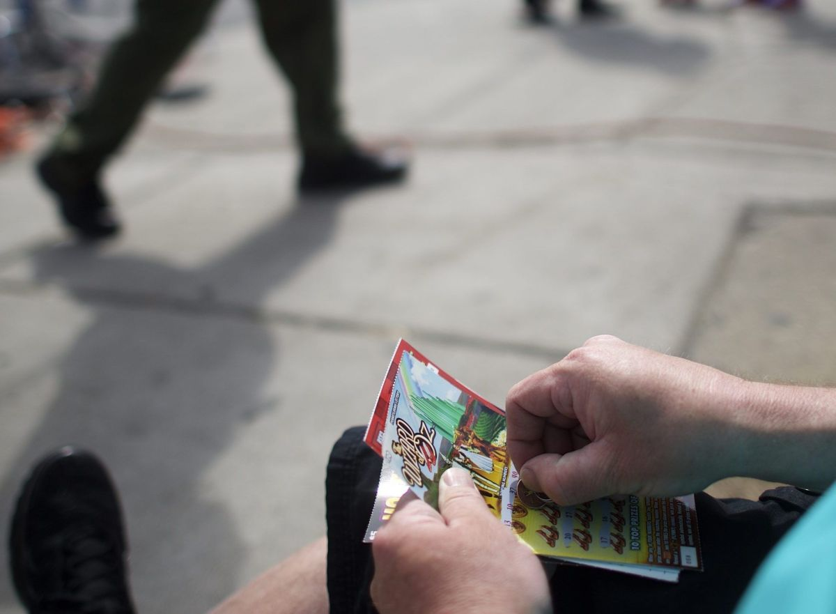 El billete de lotería de más de $1 millón que pasó una hora en el suelo de un estacionamiento