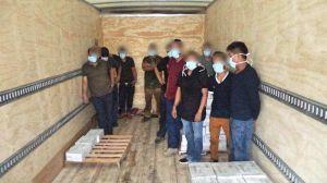 Transportaban a 35 inmigrantes encerrados en tres cajas de tráiler