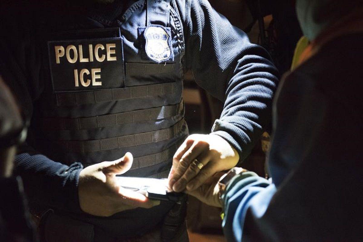 Los oficiales tomaron huellas dactilares a toda la familia.