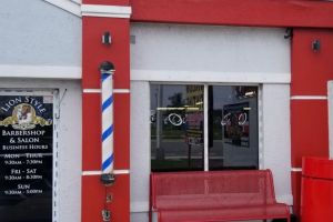 """Un barbero de Miami abre las puertas de su negocio a pesar de su prohibición: """"Es esencial para mí"""""""