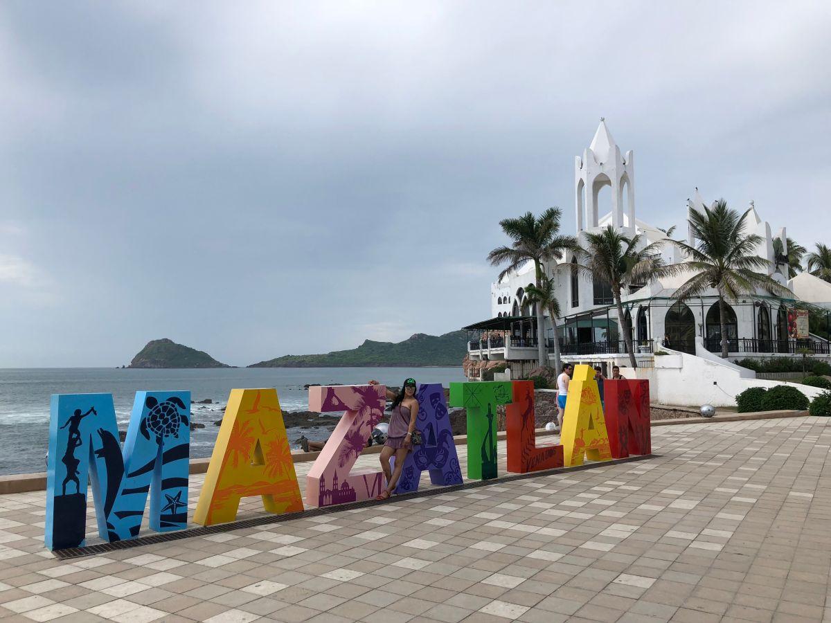 Mujer estadounidense se jubila, se va a México y hoy vive de lujo frente a la playa con sólo $1,000 dólares al mes