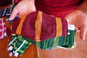 Indígenas oaxaqueños hacen a un lado la elaboración de huipiles para hacer cubrebocas