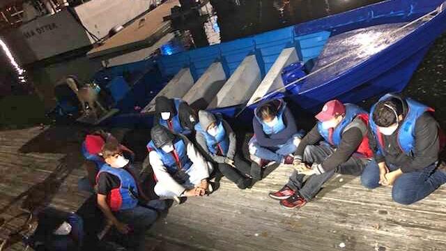 Disparan al motor de una lancha en persecución para detener a migrantes a bordo