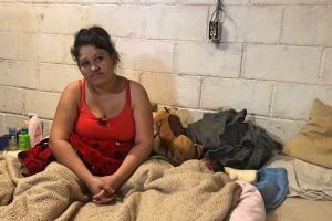 Migrantes embarazadas que permanecen en la frontera por asilo recurren a parteras
