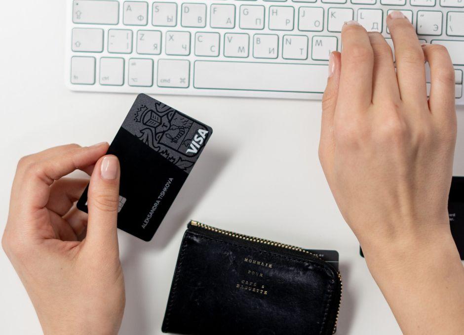 Quiénes son los ciudadanos que recibirán el cheque de estímulo económico a través de una tarjeta de débito