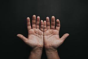 Hombres con dedos anulares largos podrían tener menos probabilidad de morir por coronavirus